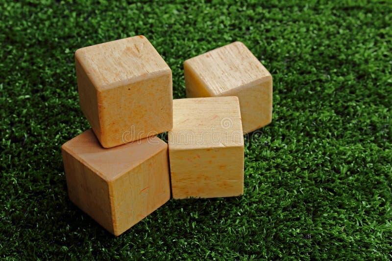 bloc en bois sur le gazon image stock