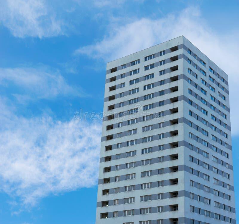 Bloc grand d'immeuble Gratte-ciel concret des appartements avec l'espace de copie photos libres de droits