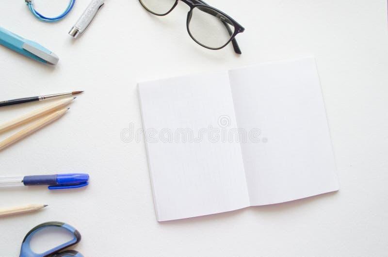Bloc-notes étendu plat de maquette de femmes Espace de travail femelle de vue supérieure, bureau blanc de filles de blogger de be photographie stock