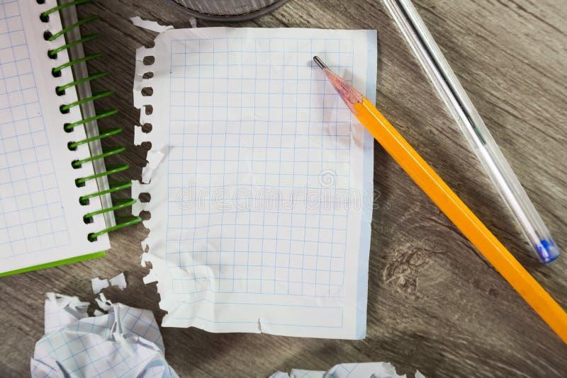 Bloc-notes avec des ustensiles d'écriture images stock