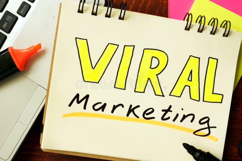 Bloc-notes avec le marketing viral photographie stock