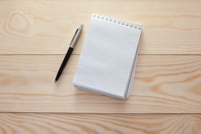 bloc notes avec le stylo sur la table en bois photo stock image du cahier objet 52782350. Black Bedroom Furniture Sets. Home Design Ideas
