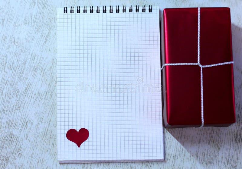 Bloc-notes blanc avec les coeurs et le boîte-cadeau rouge photo stock