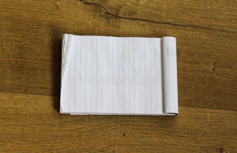 Bloc-notes blanc vide vide sur le fond en bois photographie stock libre de droits