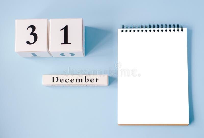 Bloc-notes d'isolement avec calendrier le 31 décembre photo stock