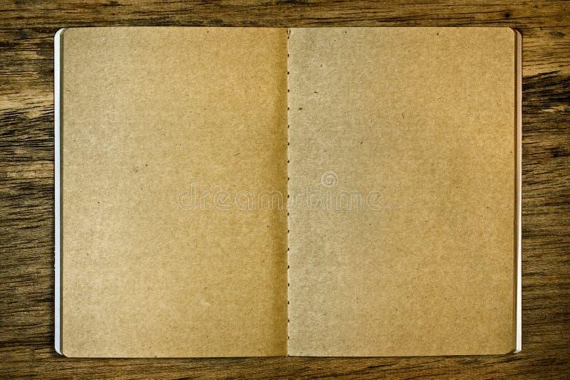 Bloc-notes de Brown sur le fond en bois images libres de droits