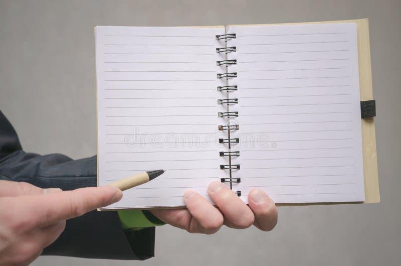 Bloc-notes de page vide Pour faire le calibre de liste Buts ou tours d'affaires Les affaires inclinent le concept Concept de gest photos stock