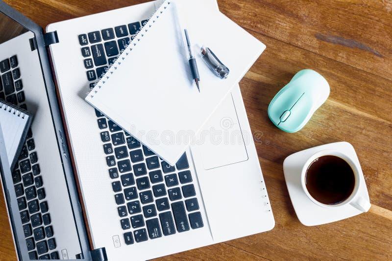 Bloc-notes de tasse de café, et ordinateur portable sur la table en bois photographie stock