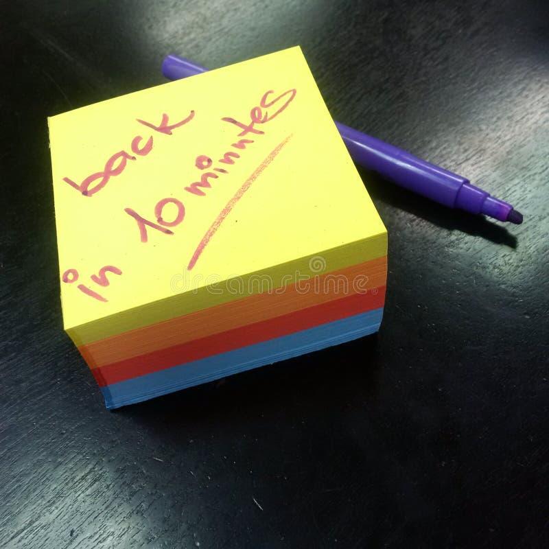 Bloc-notes des papiers de couleur avec le message, arrière en 10 minutes photo libre de droits