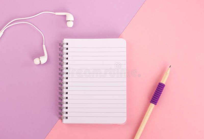 Bloc-notes et crayon en spirale sur le fond rose en pastel images stock
