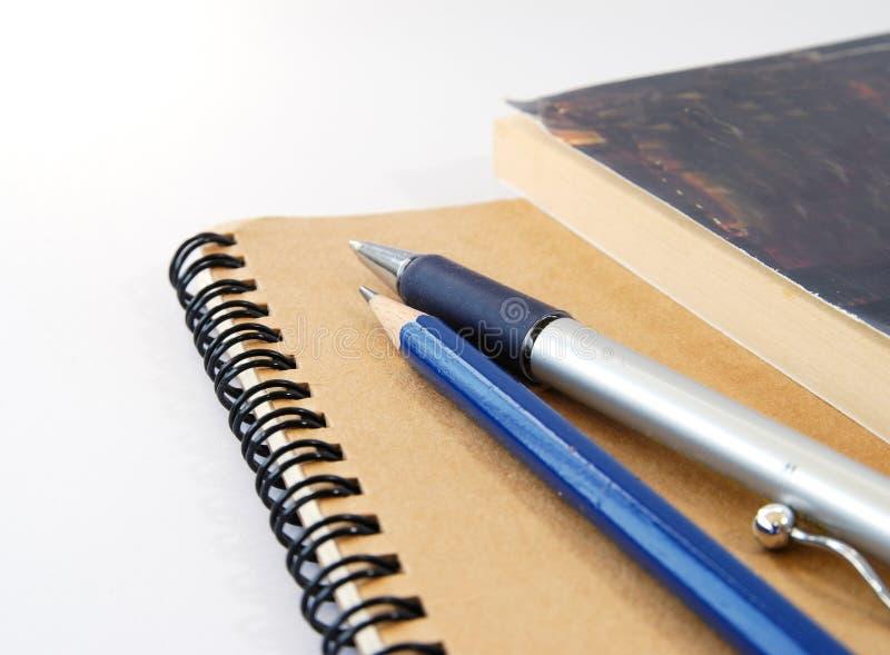 Bloc-notes et crayon lecteur images stock