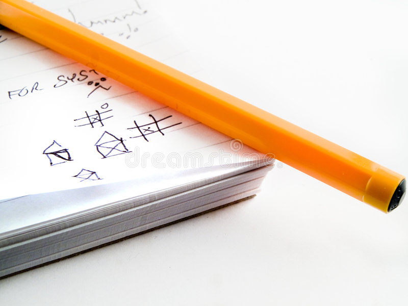 Bloc-notes et crayon lecteur rayés par croquis d'affaires de travail de griffonnage images libres de droits