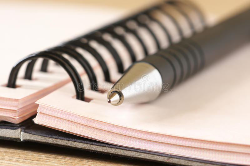 Bloc-notes et plan rapproché de crayon lecteur photo stock