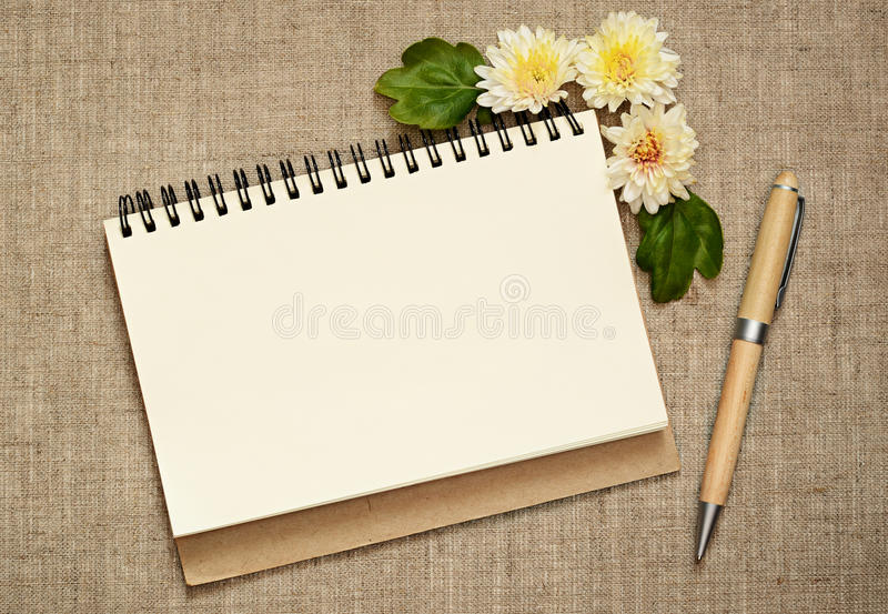 Bloc-notes et stylo décorés des asters photo stock