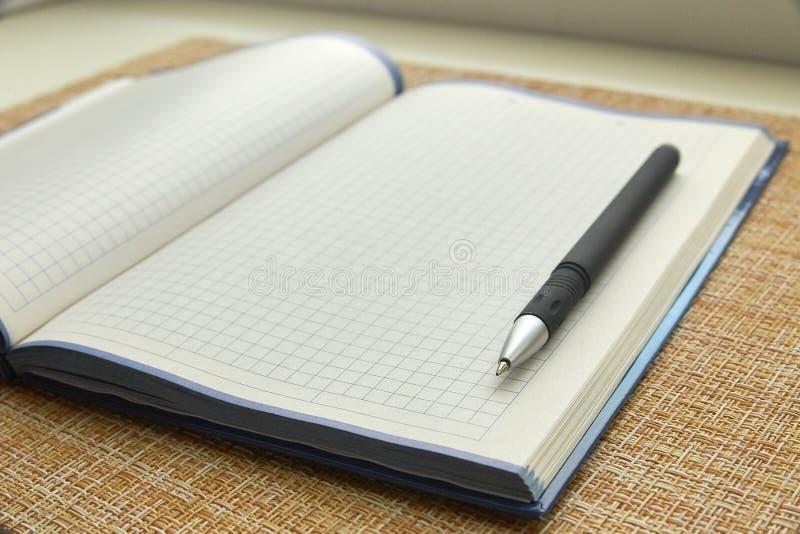 Bloc-notes et stylo Page de papier blanche Affaires, bureau image stock