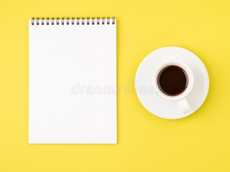 Bloc-notes ouvert avec la page vide blanche pour écrire l'idée ou la liste de remue-ménage photo libre de droits