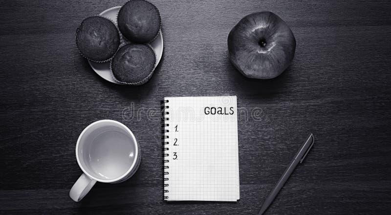 Bloc-notes pour des entrées sur la table Poignée et papier sur un s en bois photos libres de droits
