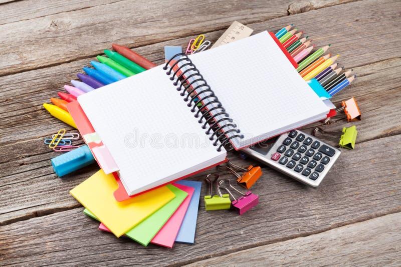 Bloc-notes pour votre texte au-dessus des approvisionnements colorés images stock