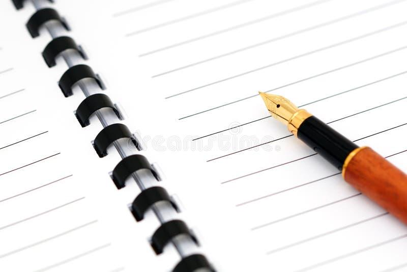 Bloc - notes spiralé avec le stylo-plume photo libre de droits