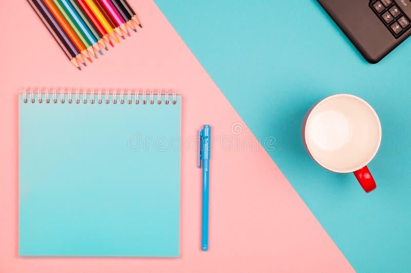 Bloc-notes vide avec le stylo bleu images libres de droits