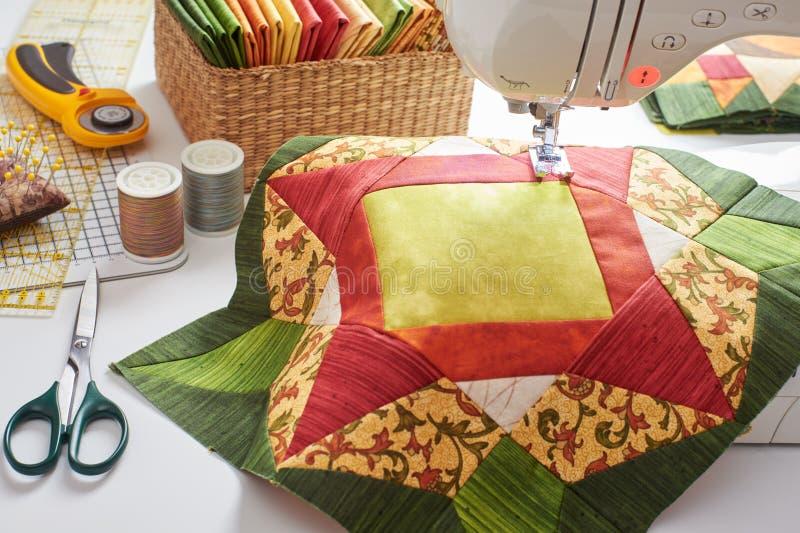 Bloc vert orange de patchwork, tissus piquants, accessoires de couture photographie stock
