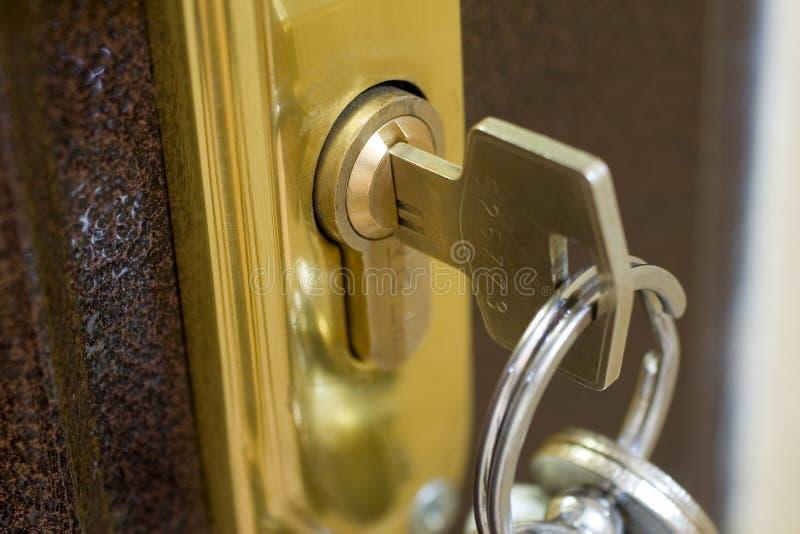 Blocage à la maison et clé photographie stock
