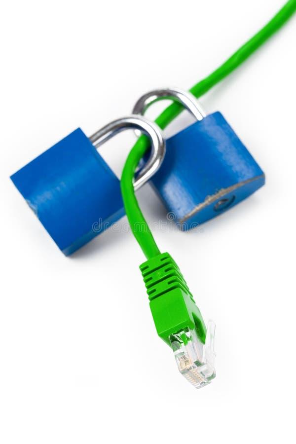 Blocage et câble de réseau image stock