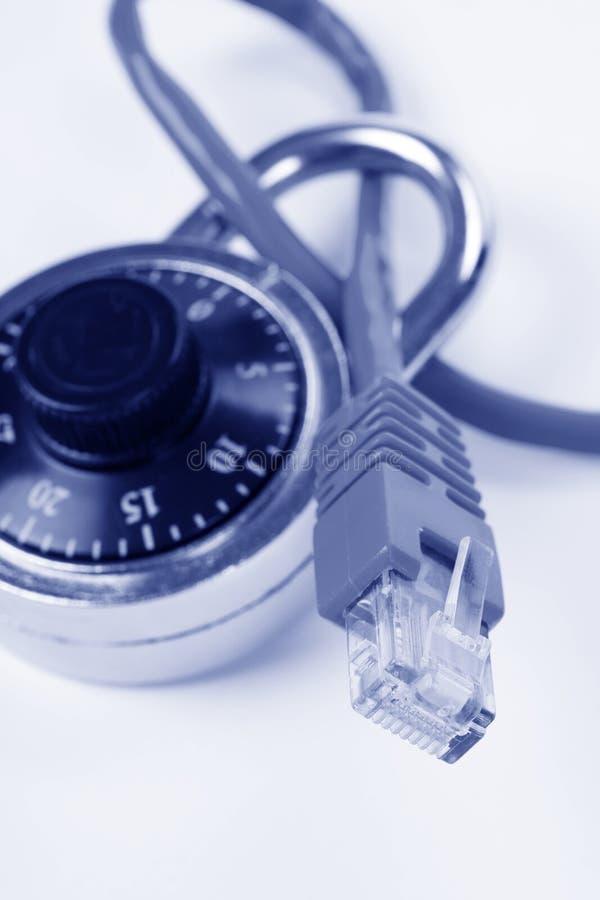 Blocage et câble de réseau photographie stock