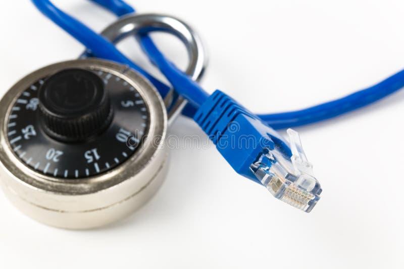 Blocage et câble de réseau photographie stock libre de droits