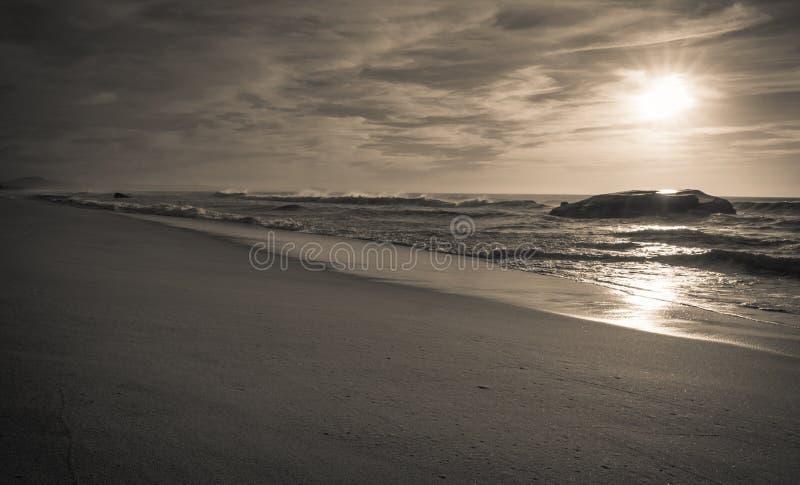 Blocao de la guerra en paisaje marino hermoso escénico de la playa arenosa con las ondas en costa atlántica imagen de archivo
