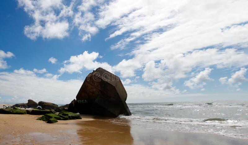Blocao en la playa con el cielo azul y las nubes fotos de archivo libres de regalías