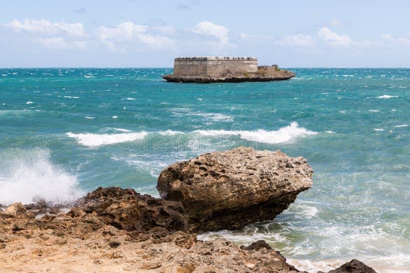 Blocausse de Lourenco do Sao San Lorenzo Island e costa do forte e litoral rochosos próximos costa da ilha de Moçambique, Oceano  fotos de stock royalty free