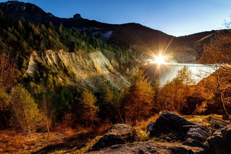 Bloccaggio di notte di una diga nelle alpi fotografia stock libera da diritti