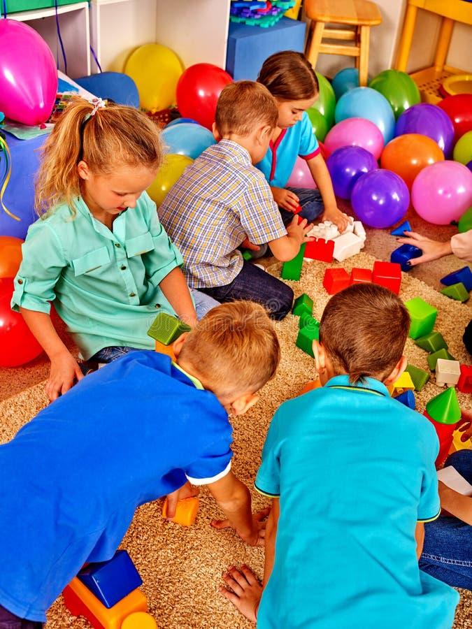 Blocchetti del gioco dei bambini del gruppo sul pavimento Gioco di bambini nel club dei bambini fotografie stock libere da diritti
