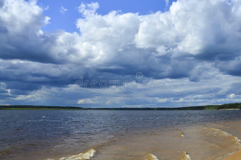 Blocchetti della pioggia sopra il fiume Sfondo naturale paesaggio fotografia stock libera da diritti