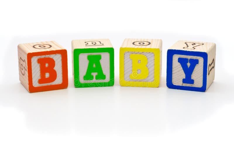 Blocchetti di legno dei bambini che ortografano il bambino di parola sopra fotografie stock libere da diritti