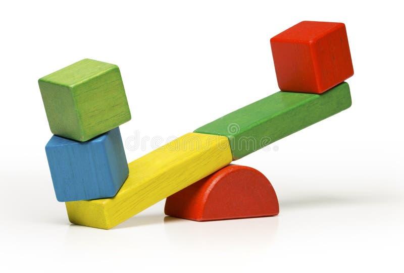 Blocchetti di legno del movimento alternato dei giocattoli, altalena a bilico su backg bianco immagini stock libere da diritti
