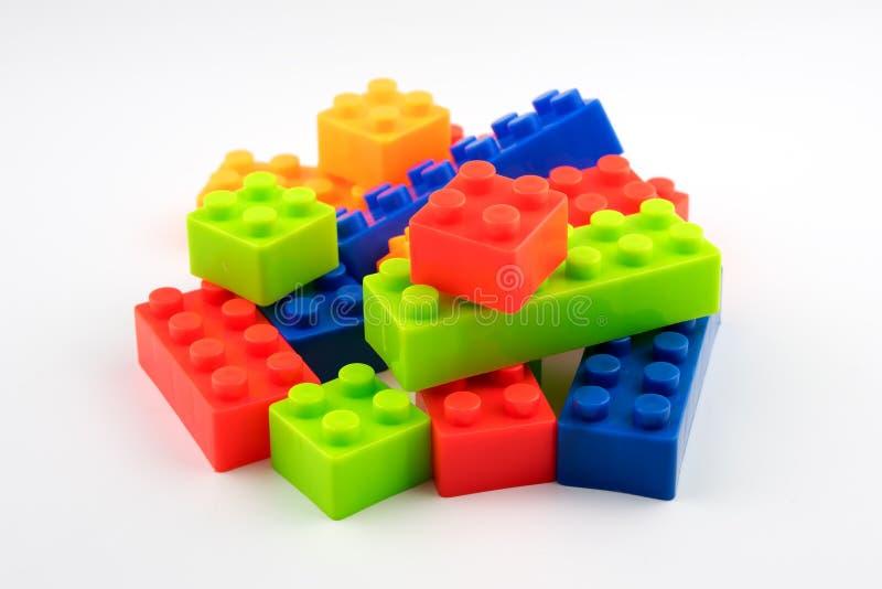 Blocchetti di plastica del giocattolo variopinto per i bambini fotografie stock libere da diritti