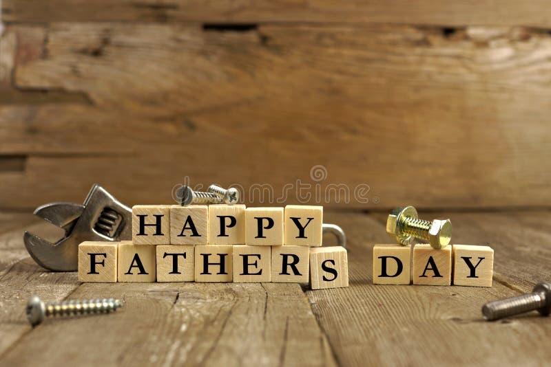 Blocchetti felici di giorno di padri su legno rustico fotografia stock libera da diritti