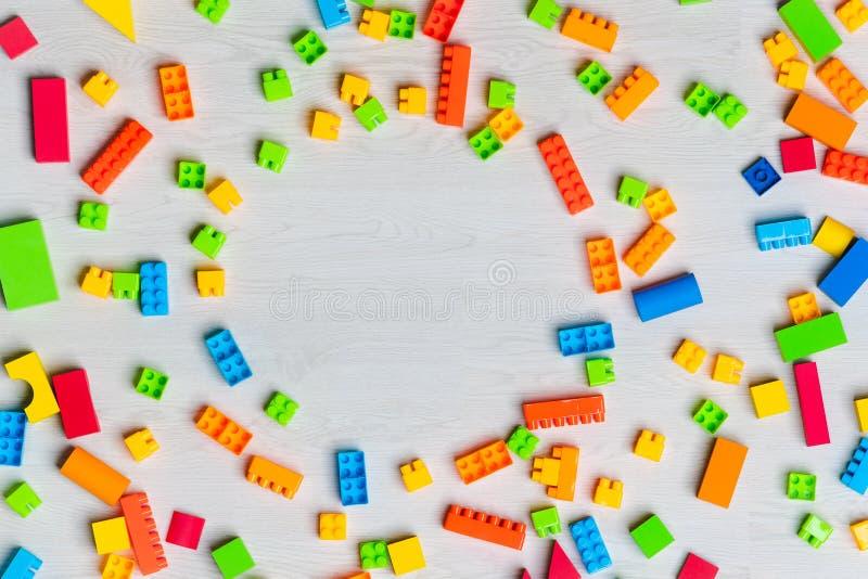 Blocchetti multicolori e mattoni dei giocattoli immagine stock libera da diritti