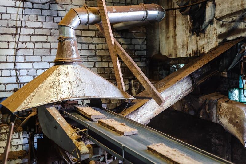 Blocchetti urgenti della torba alla fabbrica fotografie stock libere da diritti
