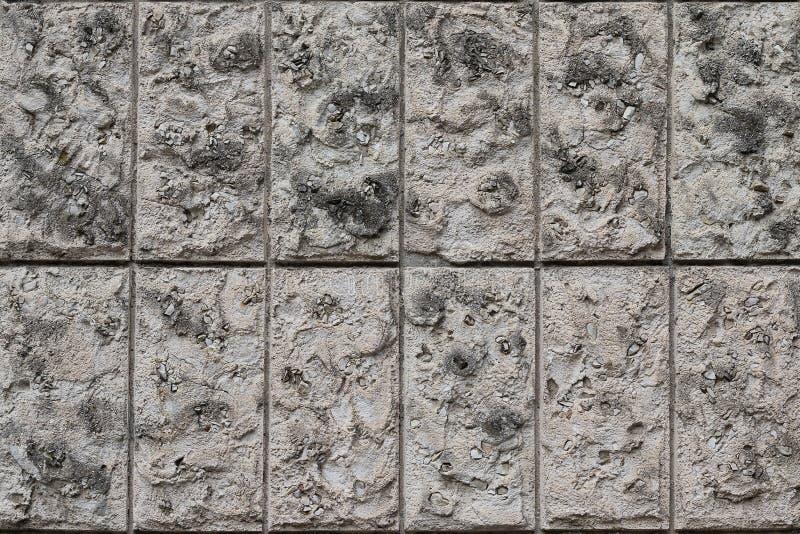 Blocchetti verticali naturali della parete di pietra La struttura della pietra allineata con i blocchi di calcare naturale fotografia stock libera da diritti