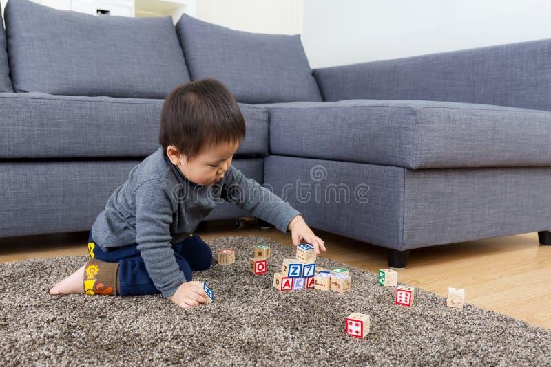 Blocchetto del giocattolo del gioco del neonato dell'Asia fotografie stock