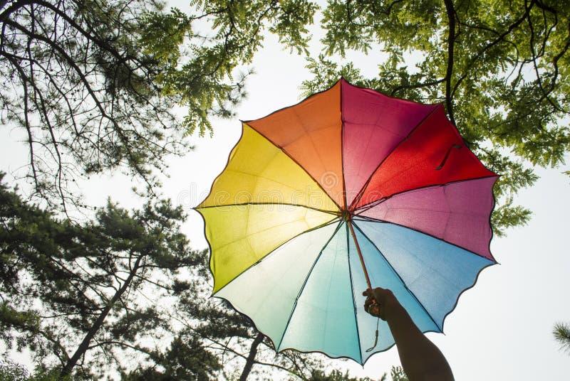 Blocchetto dell'ombrello dell'arcobaleno il sole fotografia stock