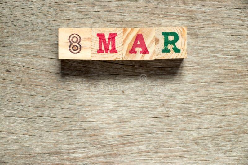 Blocchetto della lettera parola nell'8 marzo su fondo di legno & su x28; Questo giorno è women& internazionale x27; giorno di s fotografie stock