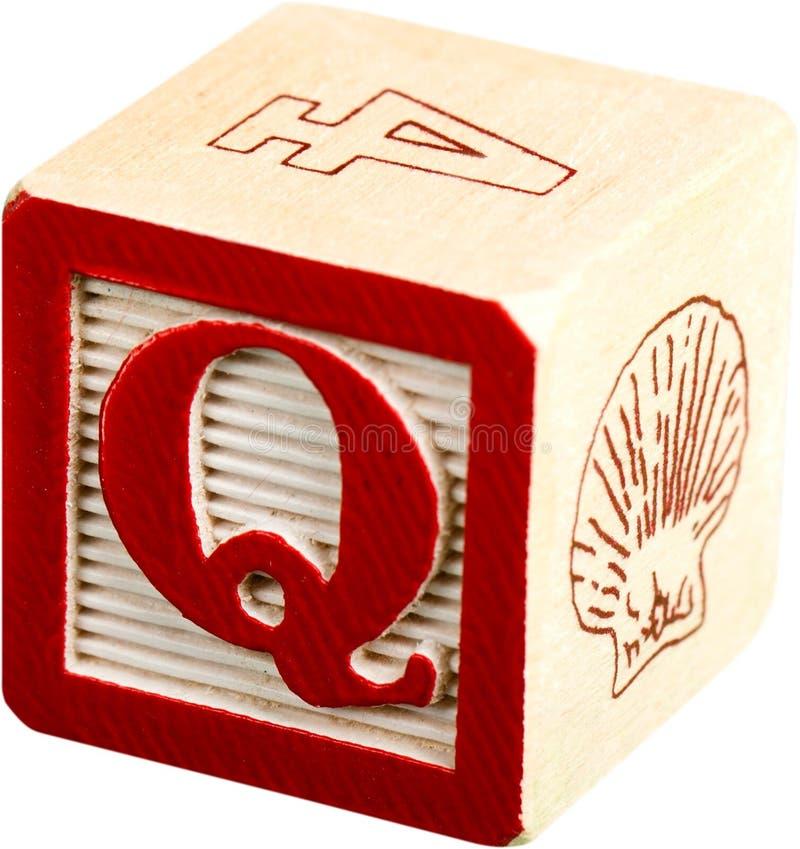 Blocchetto di legno della lettera con la lettera Q - isolata immagini stock