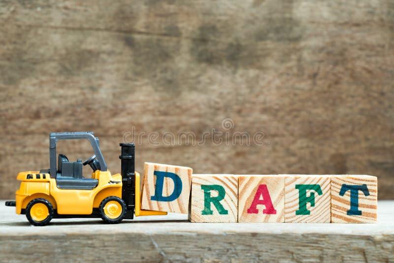 Blocchetto giallo D della lettera della tenuta del carrello elevatore del giocattolo per completare il progetto di parola fotografia stock
