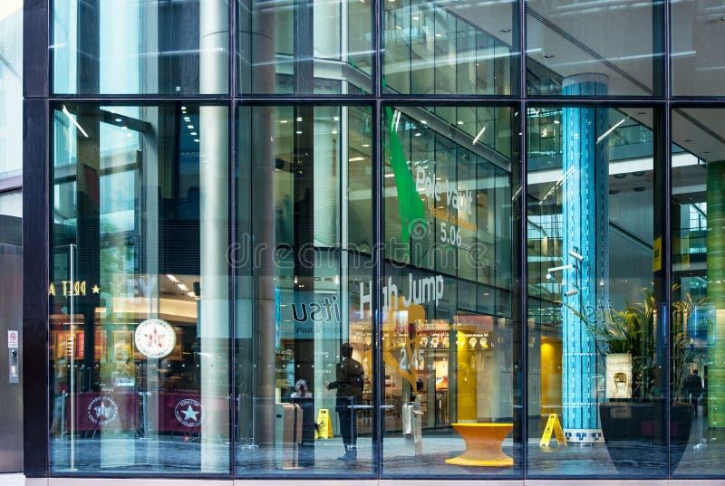 Blocchetto moderno di commercio e dell'ufficio a Londra immagine stock