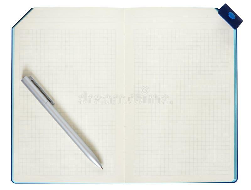 Blocchetto per appunti e penna isolati su priorità bassa bianca immagine stock
