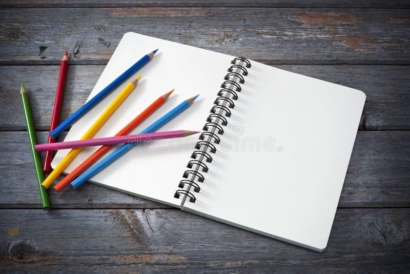 Blocchetto per schizzi e matite colorate fotografie stock libere da diritti